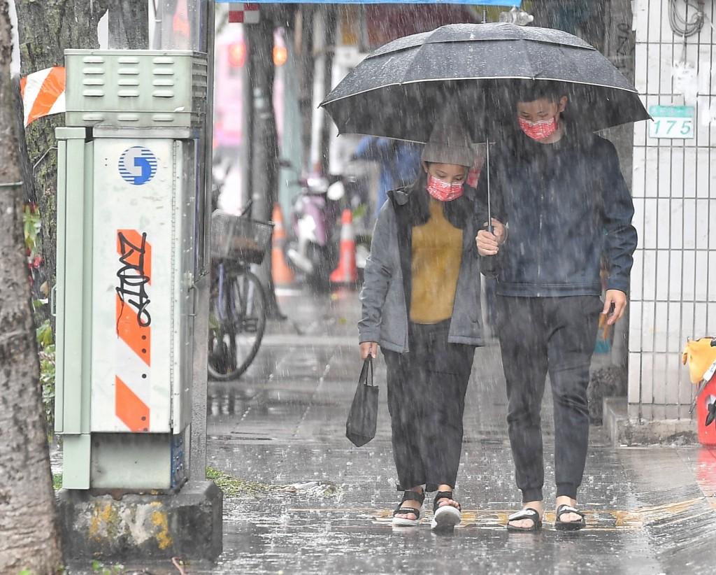 中央氣象局表示,6日有鋒面接近並在晚間開始通過台 灣,天氣不穩定,中部以北降雨機率愈晚愈高,其他地 區也有局部短暫陣雨。台北地區上午出...
