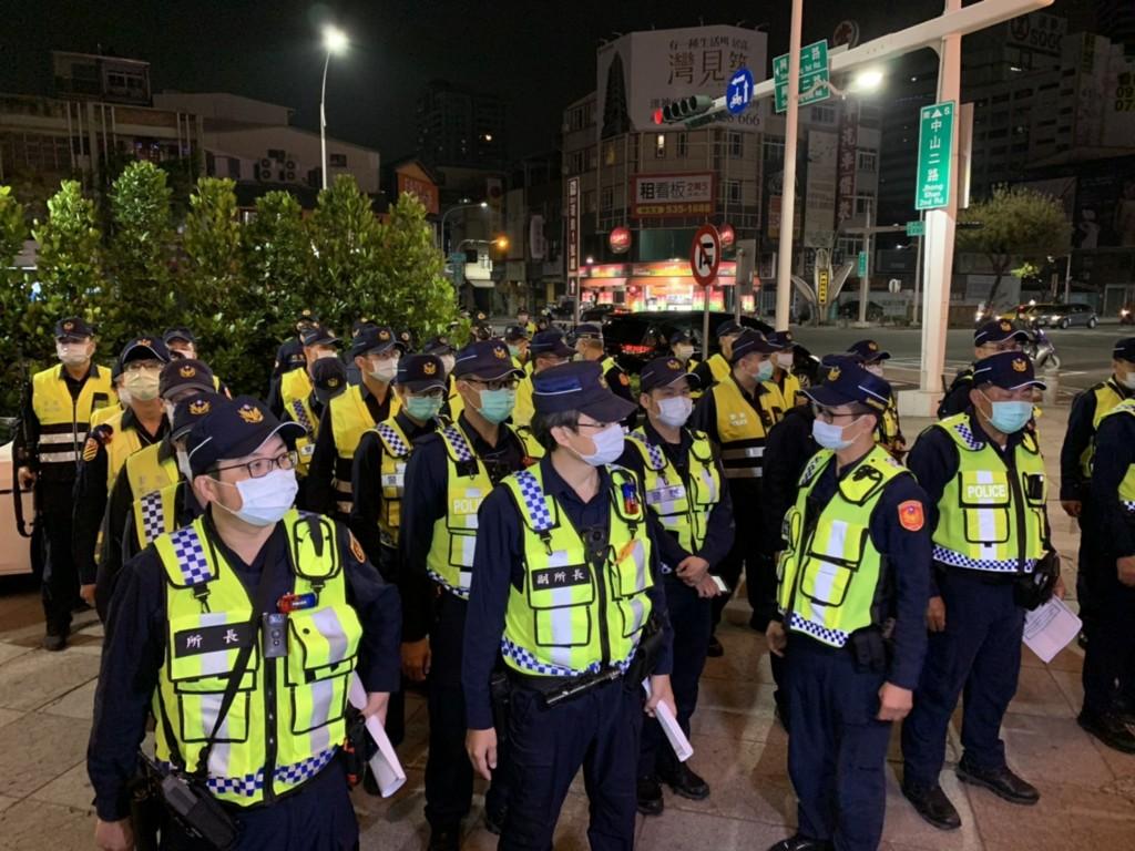 高雄市警察局12日凌晨起擴大臨檢、路檢及威力巡邏等 勤務,強調要肅槍、確保市民安居樂業。 (高市警察局提供)