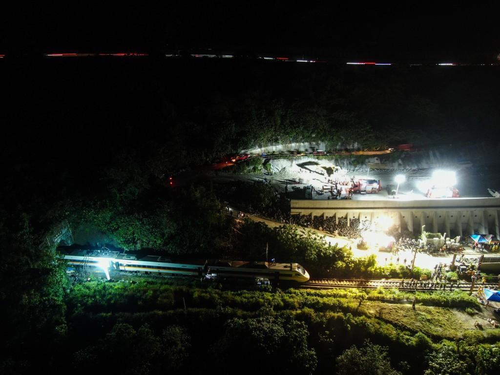 台鐵408次太魯閣號2日發生重大出軌意外,依據台鐵通 報,交通受損狀況包括東正線中斷,西正線維持單線雙 向運轉;列車第1至6車出軌、電...