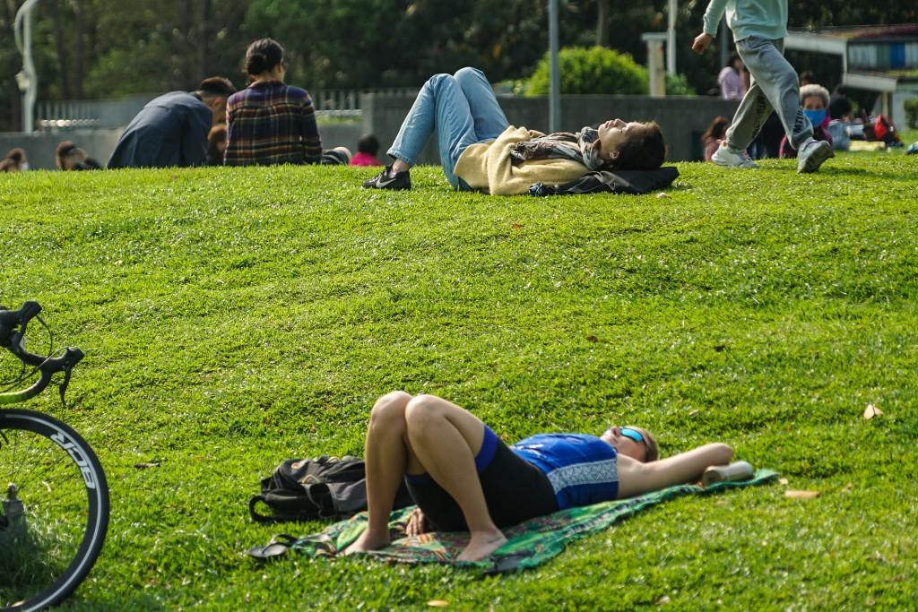 天氣回溫,民眾到公園遊憩享受陽光。