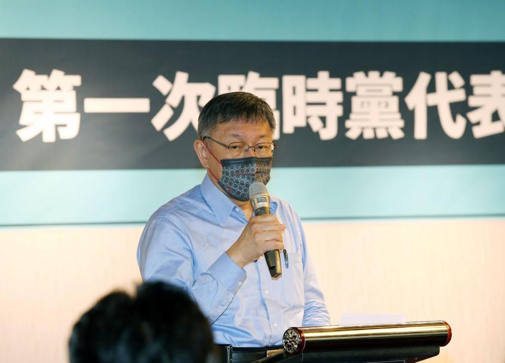 台灣民眾黨17日舉行第一次臨時黨代表大會,黨主席柯 文哲出席表示,很期待這兩天的共識營,希望能勾勒出 民眾黨在統獨以外,有別於藍綠的主軸。...