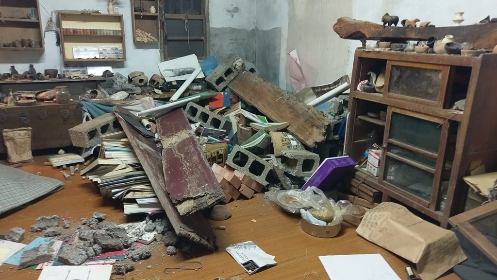 Fallen bookshelves seen in home in Hualien County's Shoufeng Township after twin quakes. (Photo from member of public)
