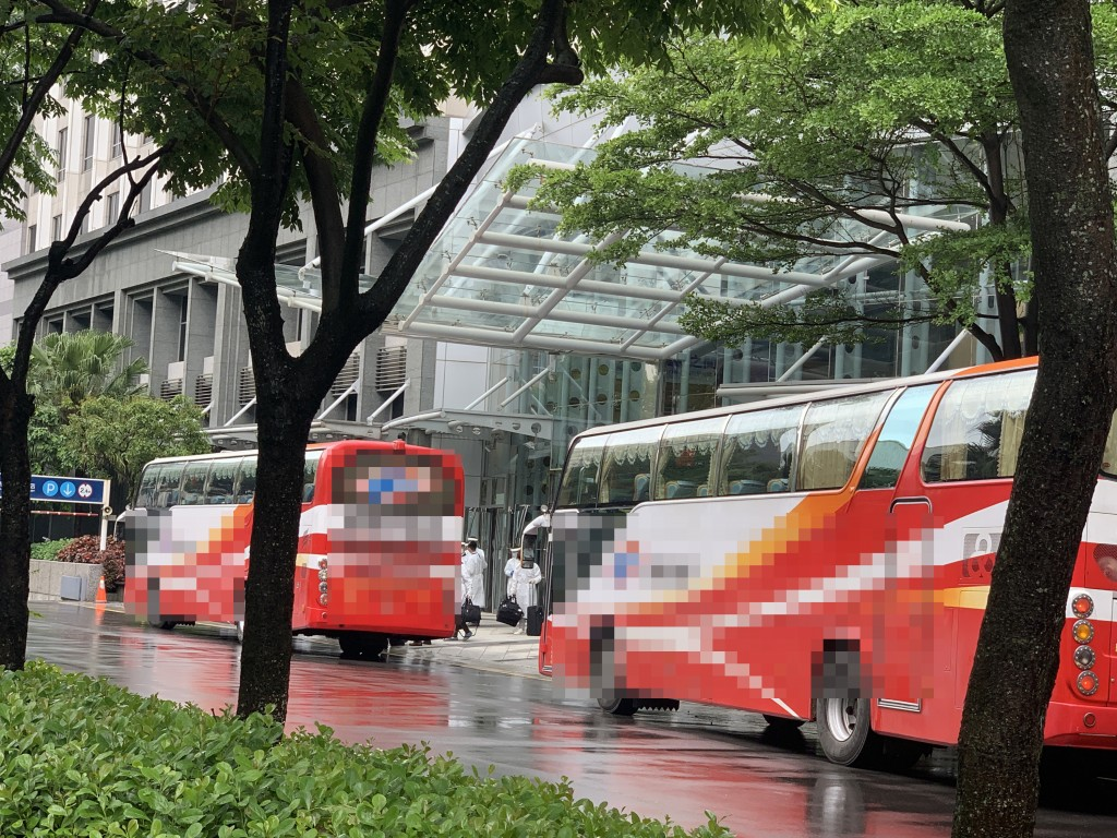 Tour buses dispatched to evacuate guests and staff from Novotel Hotel in Taoyuan.