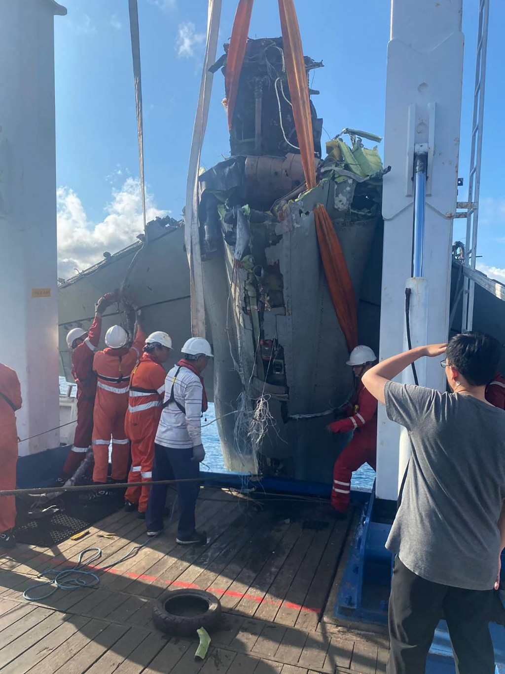 An F-5E which crashed into the sea last October has been recovered (CNA, Ministry of National Defense photo)