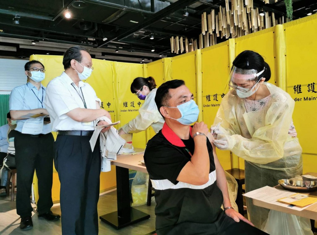 響應武漢肺炎疫苗擴大施打,6日桃園機場員工接種情 況踴躍。 (桃園機場公司提供)