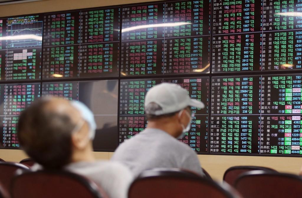台股13日開低震盪收黑,終場收在15670.1點,大跌 232.27點,跌幅1.46%,成交金額新台幣5682.79億元。 中央社記者...