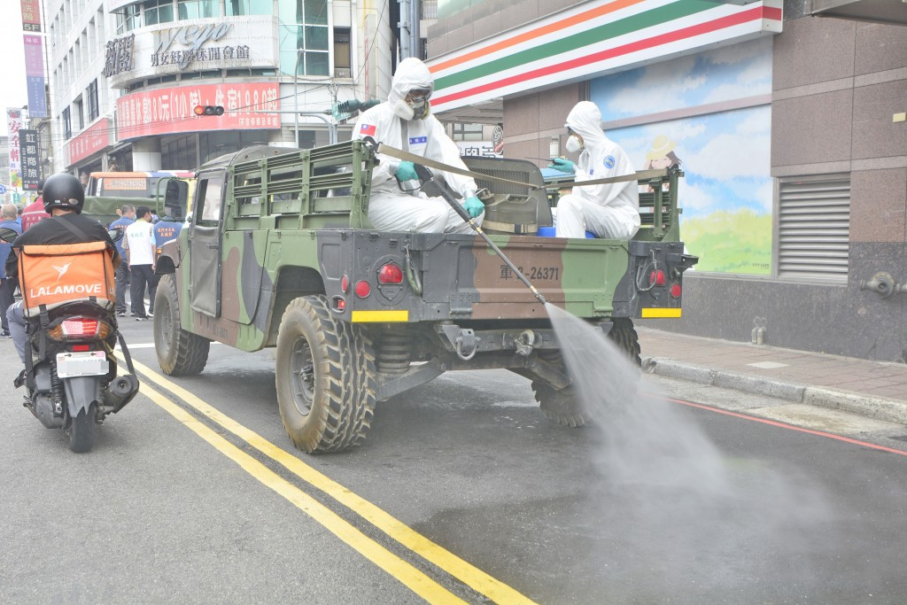 Chemical warfare troops spraying disinfectant in New Taipei's Sanchong District on May 14.