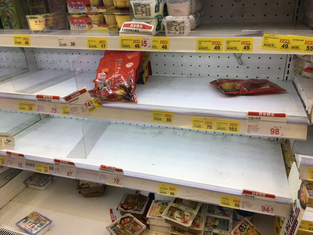 台灣本土確診日增逾百例 超市大排長龍搶購食物用品