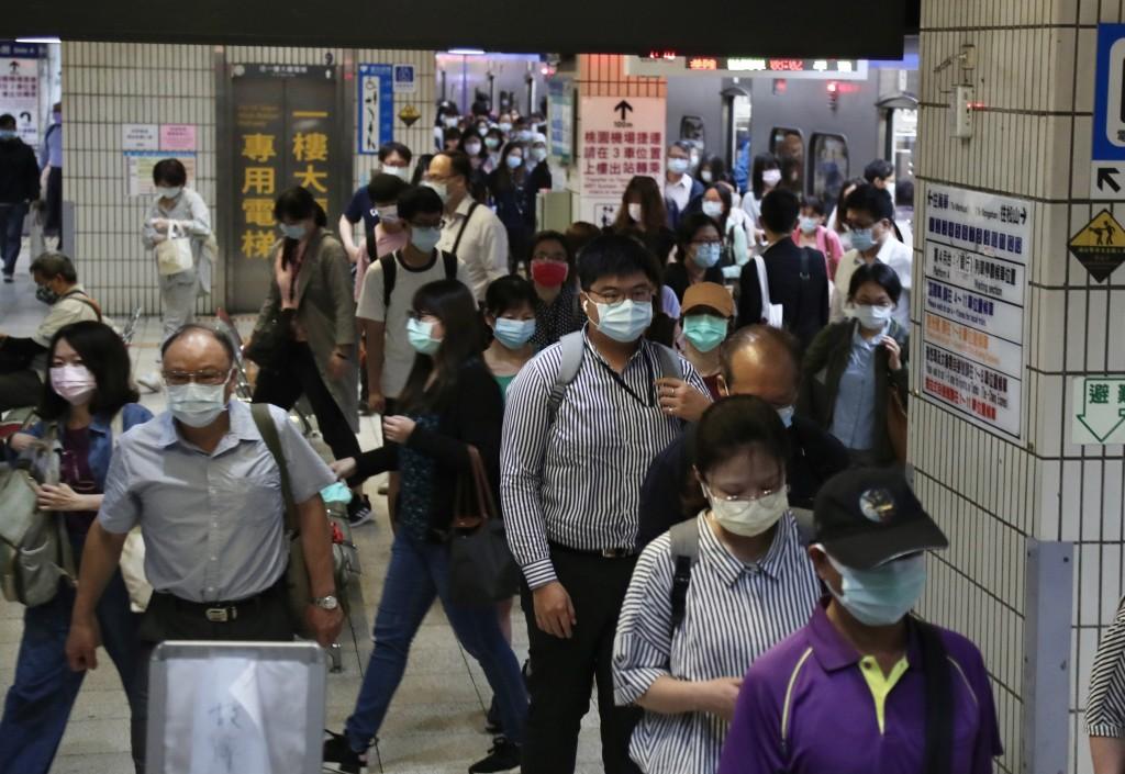 雙北防疫升級成第三級警戒的首個上班日,搭乘台鐵區間車上班的民眾較以往減少。(圖/中央社)
