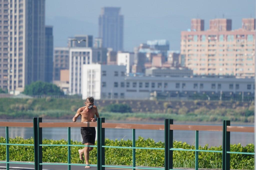 中央氣象局11日表示,下週台灣天氣炎熱,如同「大蒸籠」,民眾須提防高溫炎熱,注意防曬。