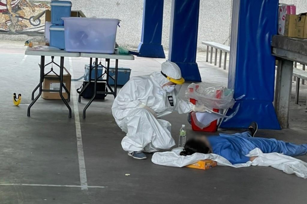 宜蘭羅東聖母醫院26日派醫護人員前往南澳鄉,篩檢武漢肺炎與衛教宣導時,一名護理師在大熱天穿防護衣,一度熱痙攣昏倒