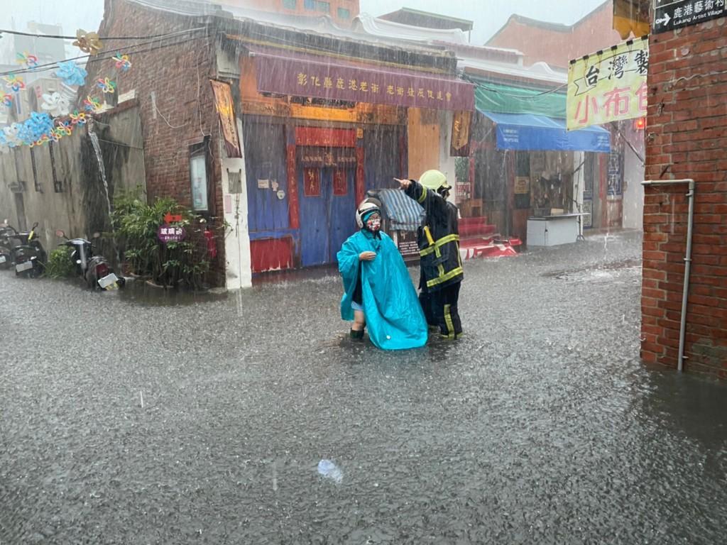 彰化地區30日上午降下大雨,鹿港老街等地區出現淹水情形