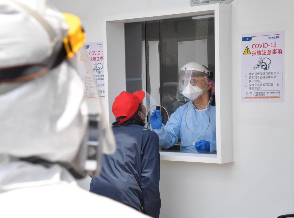 圖為台北松山機場COVID-19快篩站,旅客若有狀況就必須到篩檢站篩檢等候結果,約15分鐘到20分鐘後, 結果就會出爐,若是陰性就可以劃位...