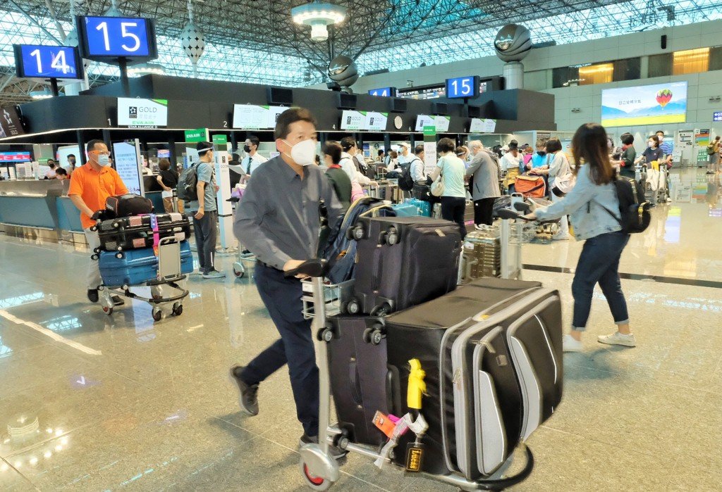 Exodus: Thousands of Taiwanese flying to US to get vaccinated