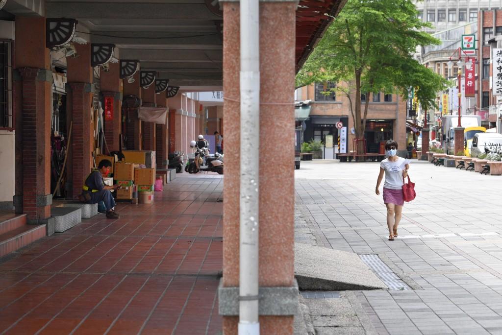 COVID-19疫情擴大,全國升至第三級疫情警戒,3日台 北市迪化街顯得有些冷清,外出民眾明顯減少。 中央社記者王飛華攝  110年6...