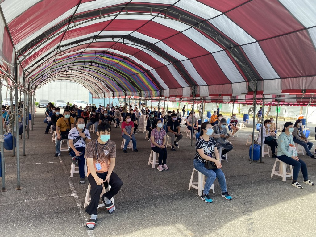 Foreign migrant workers wait to undergo rapid reagent testing. (KYEC photo)