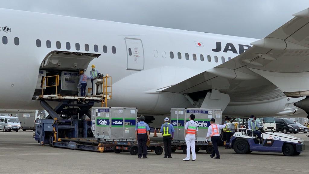 日本支援供應台灣的124萬劑AZ疫苗,4日下午運抵桃園機場。
