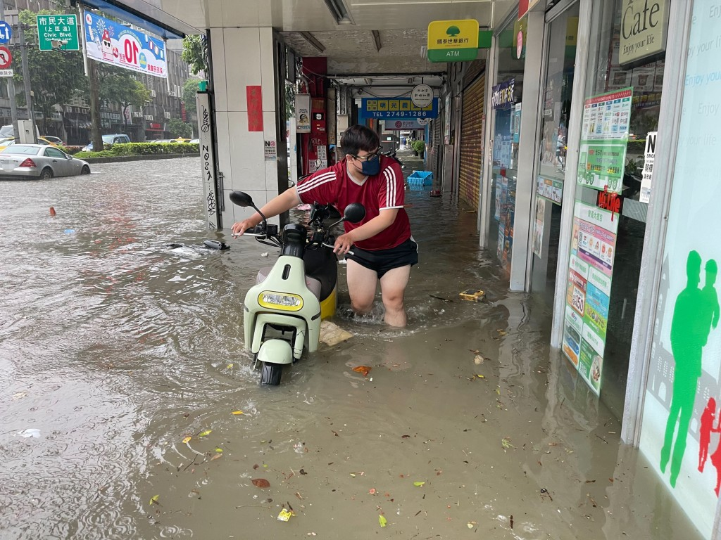 Videos show flooding in Taipei due to tropical storm, plum rains