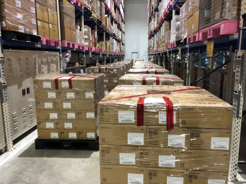 日本捐贈台灣的123萬8460劑AZ疫苗4日下午運抵台灣, 衛福部食藥署已完成冷鏈查核與樣品抽取,現地封存疫 苗後,攜樣品回食藥署國家...
