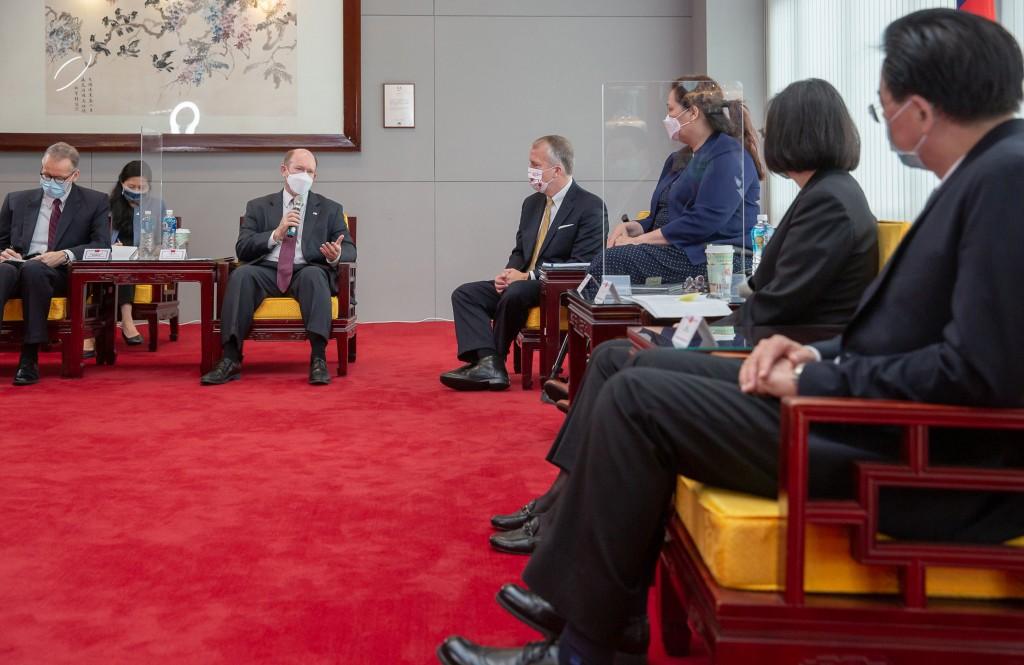 President Tsai Ing-wen met with the three senators on Sunday morning.