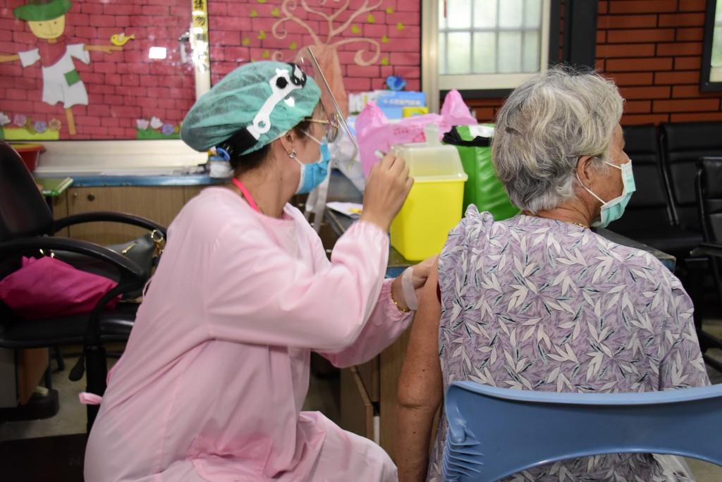 75歲以上長者明起施打疫苗,台大醫院北護分院院長黃國晉表示,接種前不需停慢性藥物,接種後多喝水、多休息。