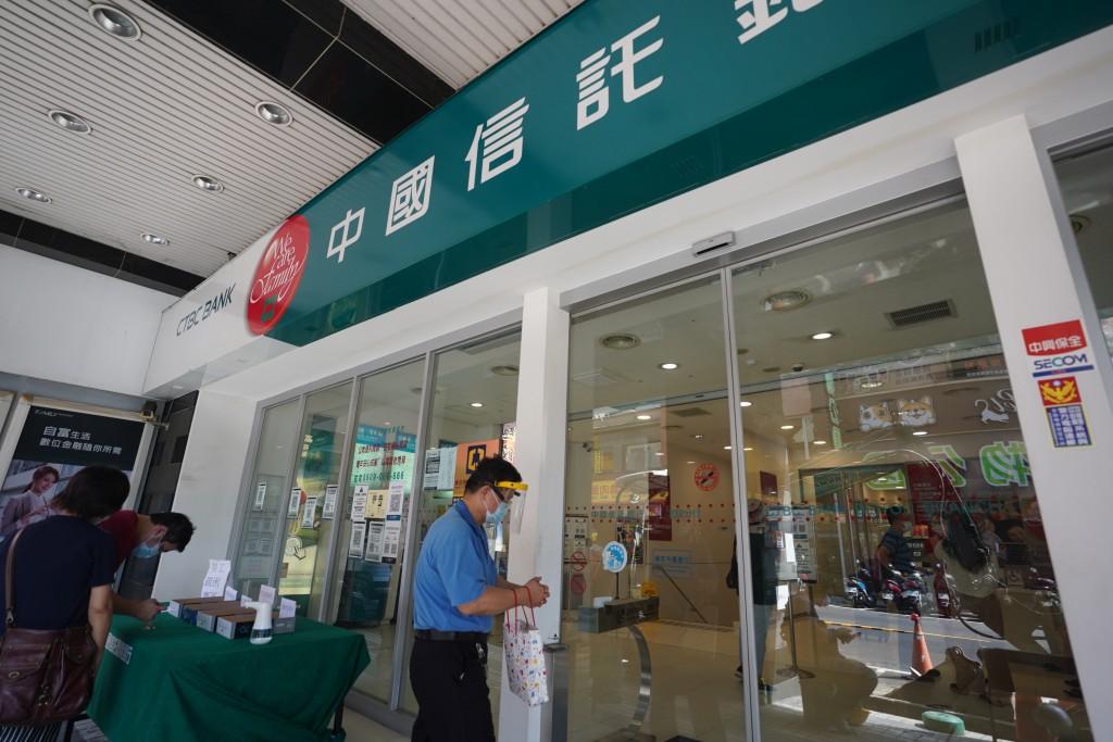 台灣15家金控2021年上半獲利就衝破3,400億元大關,上半年獲利已直逼去年一整年的獲利。圖為中國信託銀行。