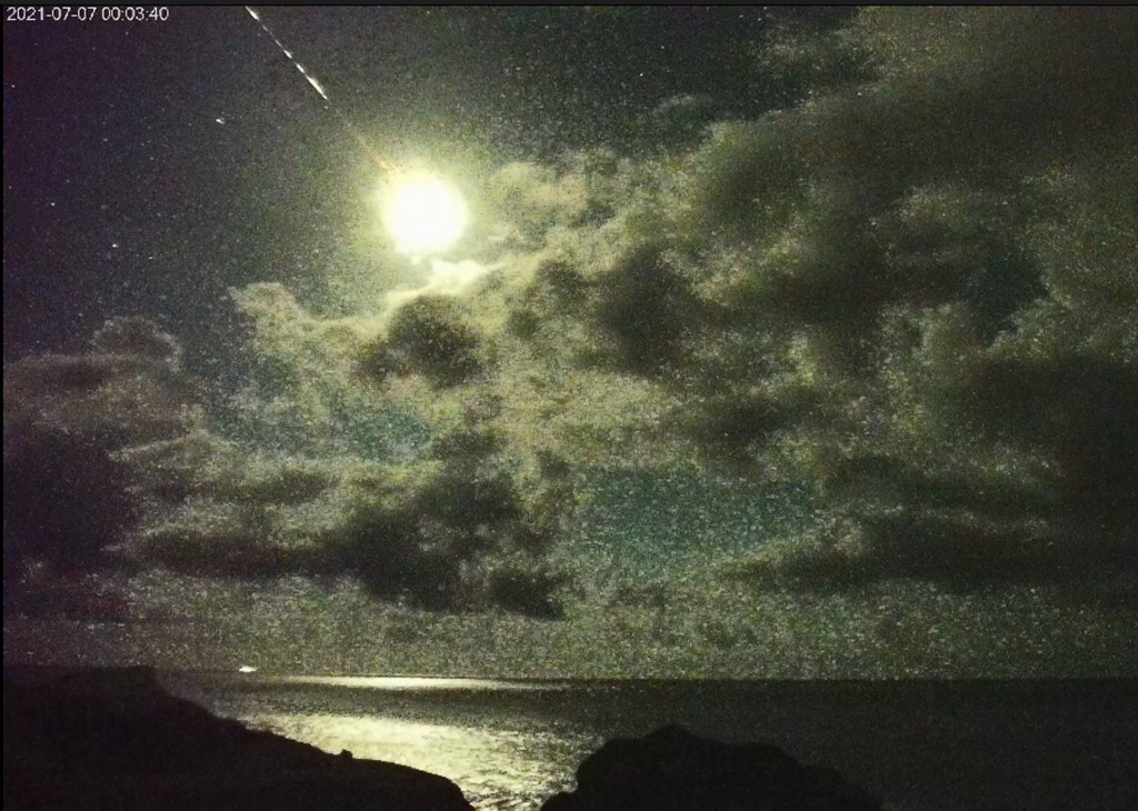 Bolide meteor streaking over Taiwan. (East Coast National Scenic Area Administration photo)