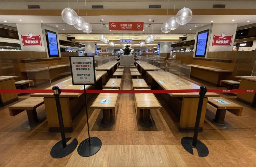 指揮中心宣布餐飲場所13日起可有條件開放內用,地方政府仍可因地制宜,自行訂定措施。