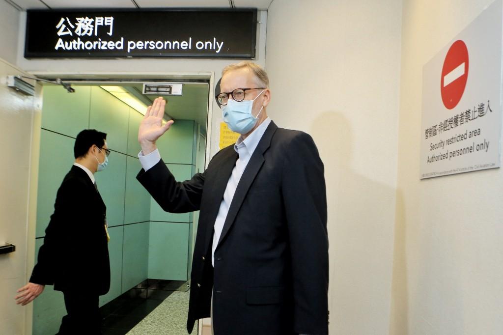 美國在台協會(AIT)台北辦事處長酈英傑(Brent Christensen)15日卸任離台返美,入關前揮手道別說「後會有期」。