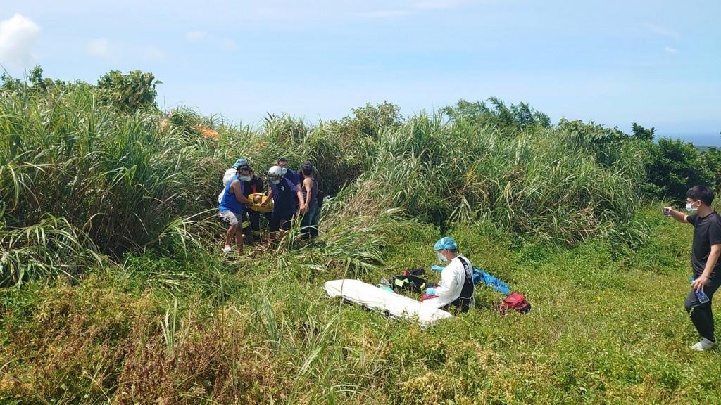 65歲陳姓男子17日下午在萬里駕駛飛行傘墜落,當場失去意識,被獲報警消送醫搶救。