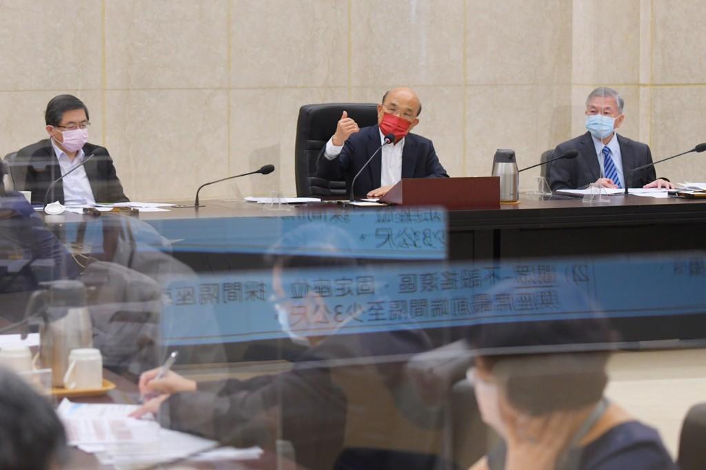 行政院長蘇貞昌(中)今(26)日召開擴大防疫會議。
