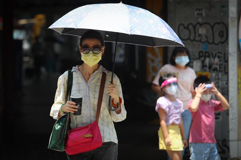中央氣象局表示,28日天氣炎熱,雙北地區、花東地區以及高雄屏東氣溫可達36°以上。