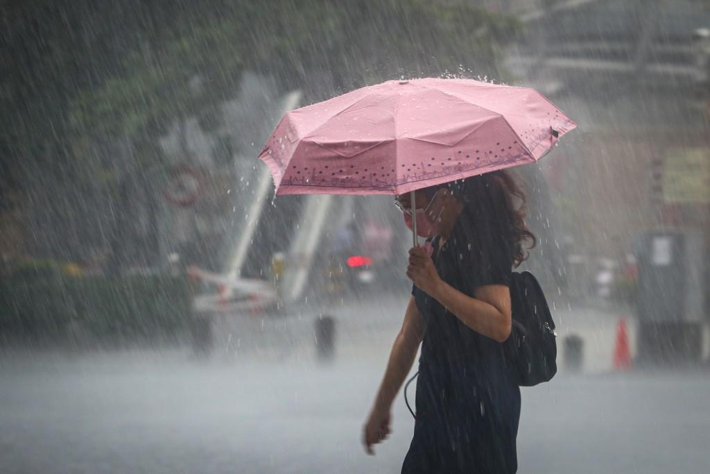 中央氣象局31日表示,週末全台受西南氣流影響,北部高溫可達36度,中南部則易有短延時強降雨,須嚴防豪雨成災。