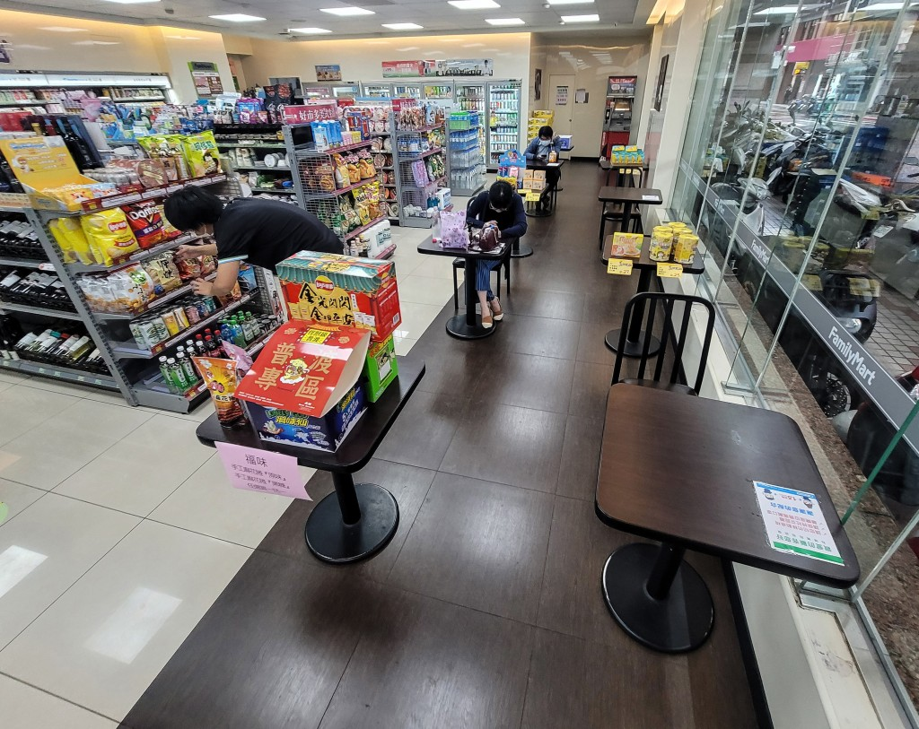 Convenience stores in Taipei and New Taipei will resume indoor dining starting from Tuesday (Aug. 3).
