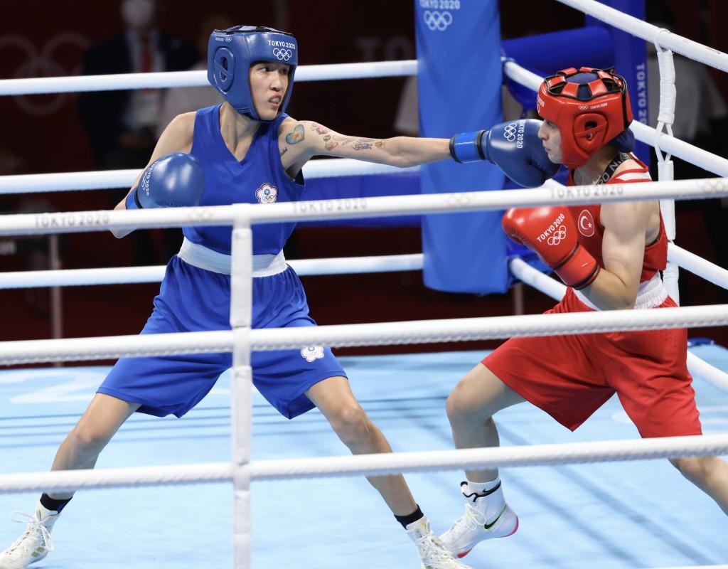 台灣拳擊女將黃筱雯(藍衣)4日在東京奧運女子拳擊 51公斤量級4強賽,不敵世界排名第2的土耳其對手,獲 得銅牌。