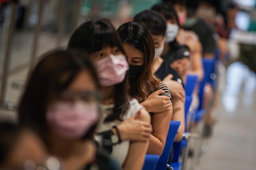 台北市政府9日在花博爭艷館針對補教業者進行疫苗施 打作業,教職員工下午前往接種疫苗。 中央社記者裴禛攝  110年8月9日