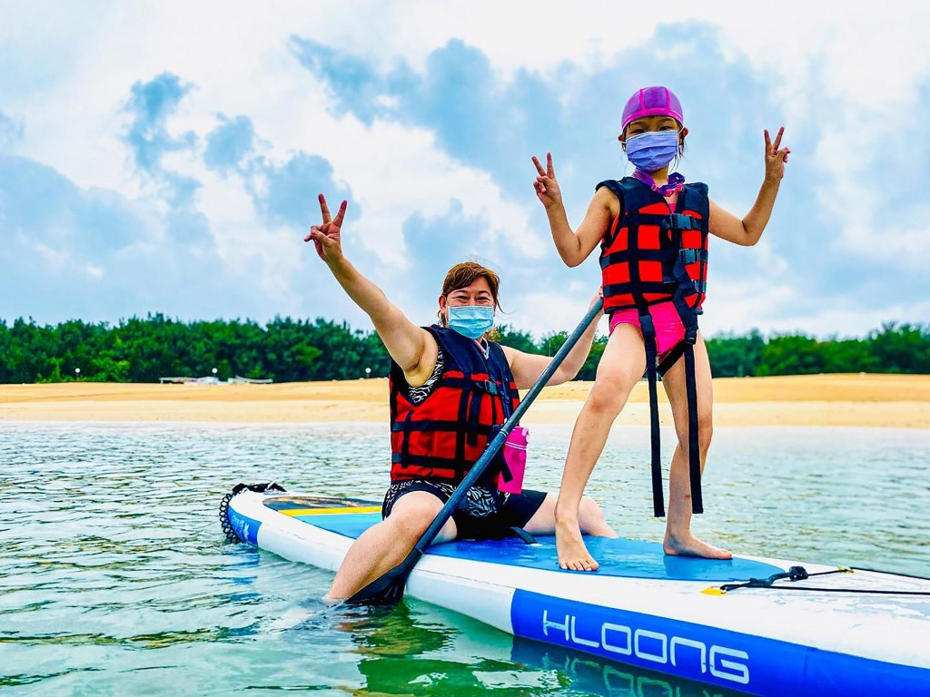 Parent and child wearing masks while paddle boarding in Penghu on Aug. 24.