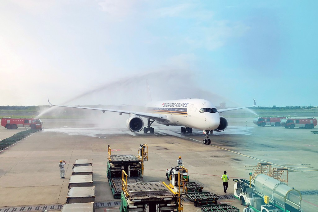 Revival of Singapore Airlines' Taiwan-LA routecelebrated withwater salute.