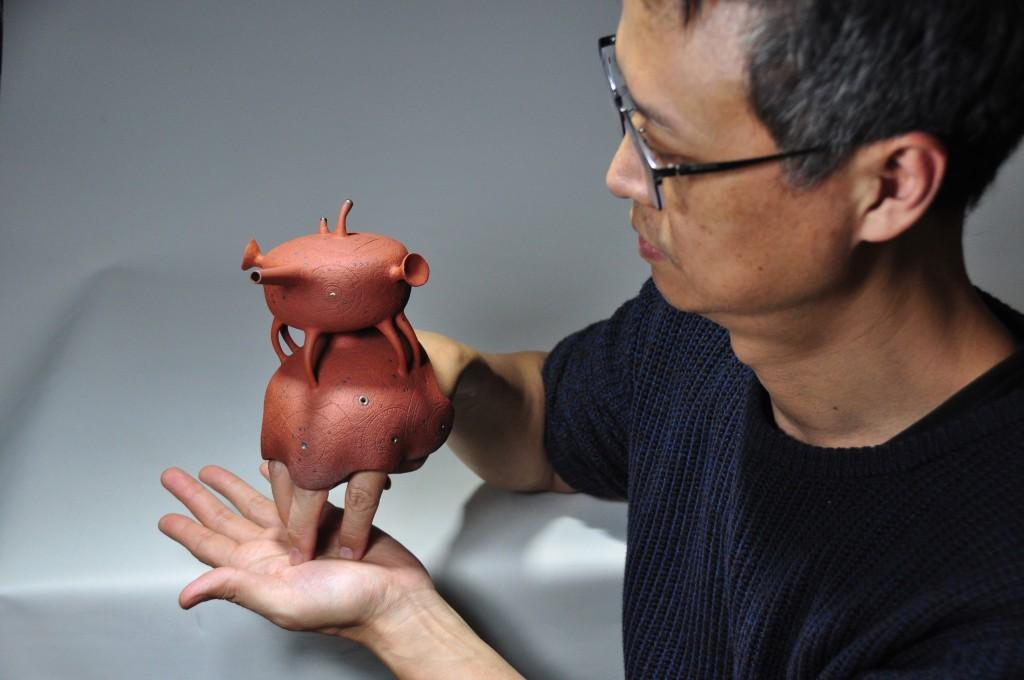 Cho Ming-shun and his Gold-Prize-winning Homunculus-LR teapot.