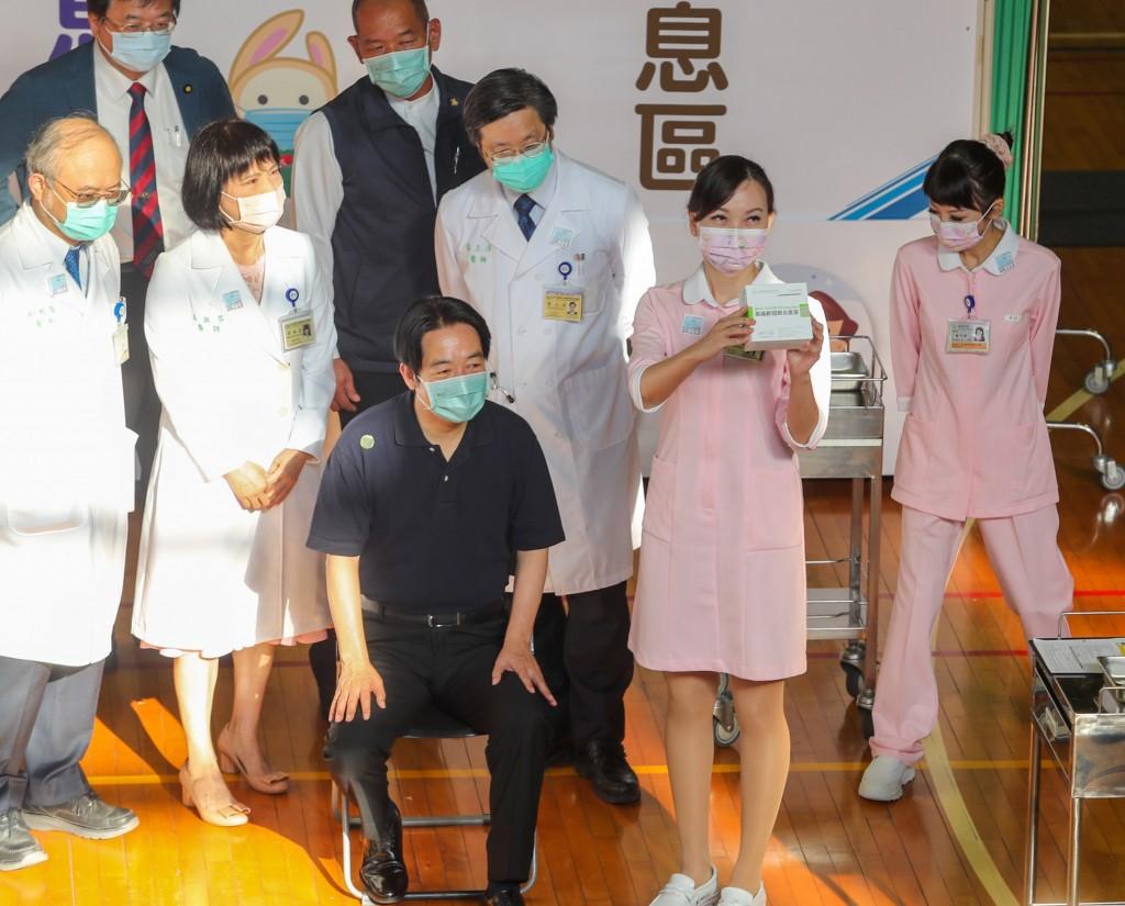 副總統賴清德完成台灣自產高端疫苗接種 籲國人施打疫苗•保護自己保護家人