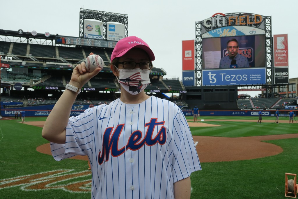 Taiwan's envoy throws out first pitch at Mets Taiwan Day.