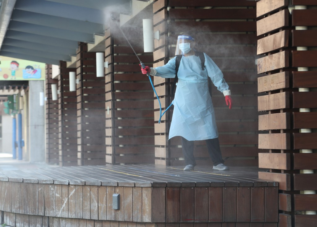 Worker disinfectselementary school in Taipei's Nangang District on Wednesday.