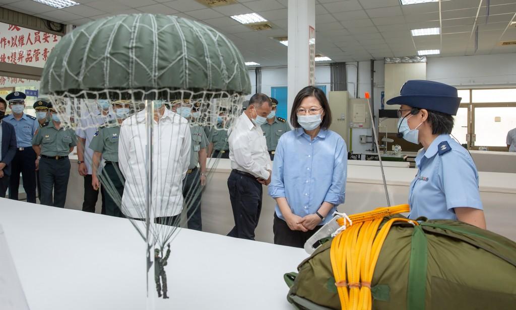 總統蔡英文(右2)9月10日至軍備局生產製造中心視導降落傘生產線。 (總統府提供)