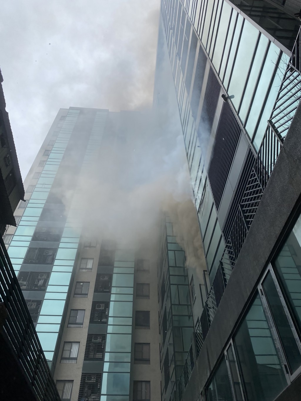 Smoke starts to billowfrom the third floor of the residential building. (CNA photo)