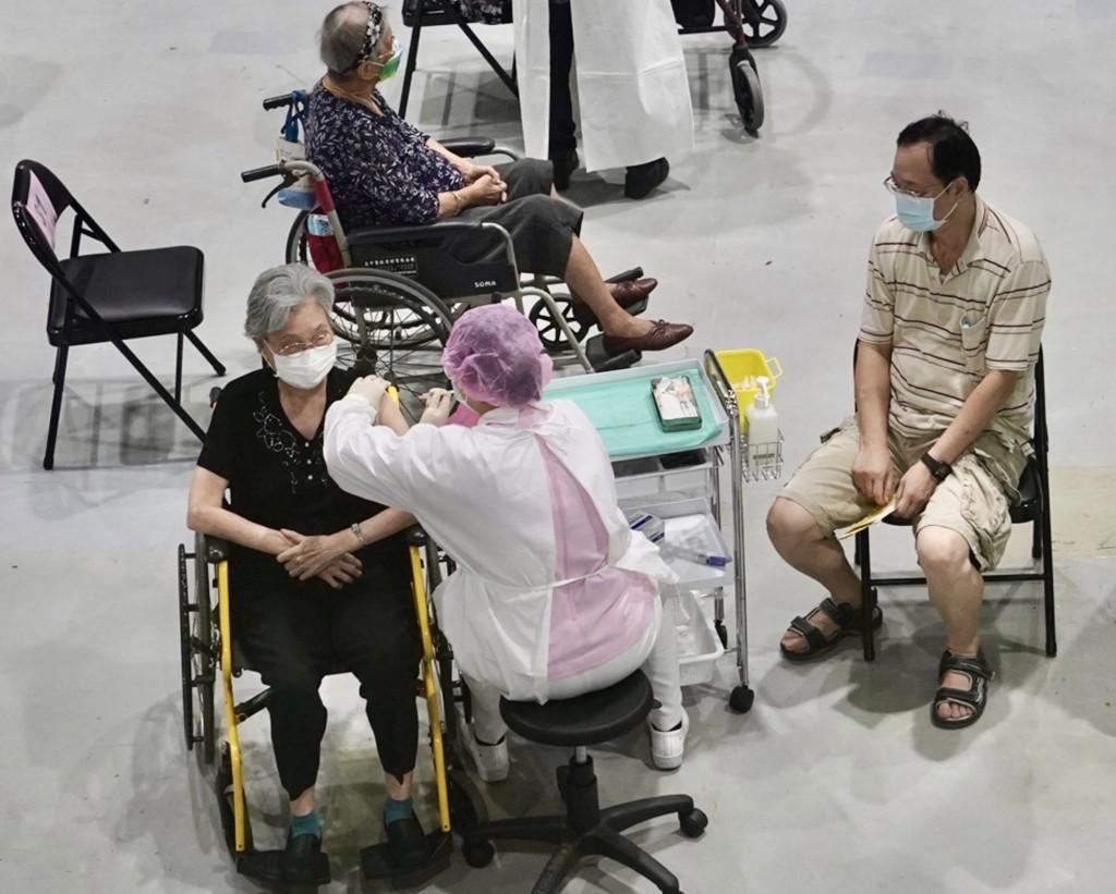 指揮中心今(21)日宣佈,開放7月9日前接種過莫德納疫苗的70歲長者( 原住民身份則為60歲以上)接種第二劑。