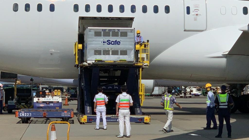 Japan's shipment of 500,000 AZ vaccines arrives at Taoyuan International Airport.