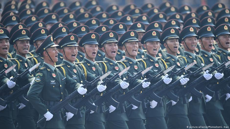 圖為中國人民解放軍2019年在北京參與大典。(德國之聲照片)