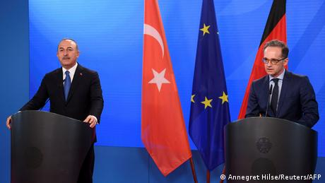 German Foreign Minister Heiko Maas (R) and his Turkish counterpart Mevlut Cavusoglu (L)