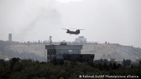 一架美國直升機穿越阿富汗喀布爾上空。(美聯社照片)