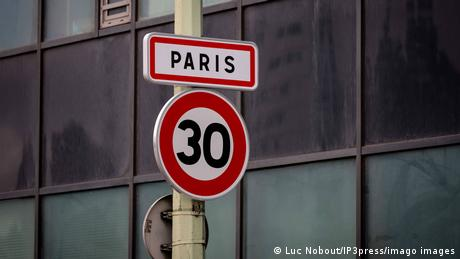 Signs are installed at the entrances of Paris to show the new speed limit